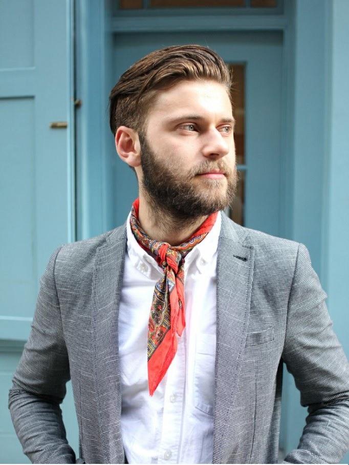 comment nouer et porter son foulard en cravate d 39 homme. Black Bedroom Furniture Sets. Home Design Ideas