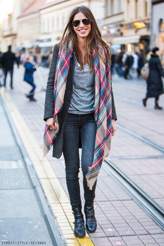Choisir une couleur d'écharpe assortit avec manteau gris