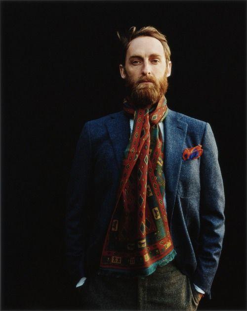metre foulard homme autour du cou