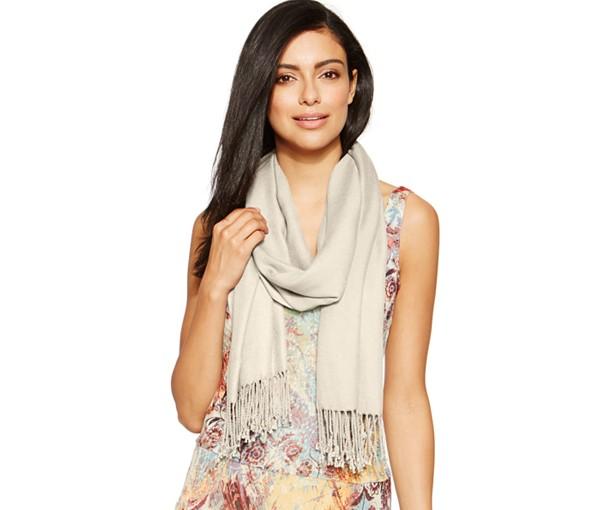 mettre foulard femme autour du cou