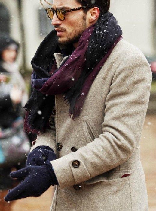 Porder une écharpe avec un manteau camel