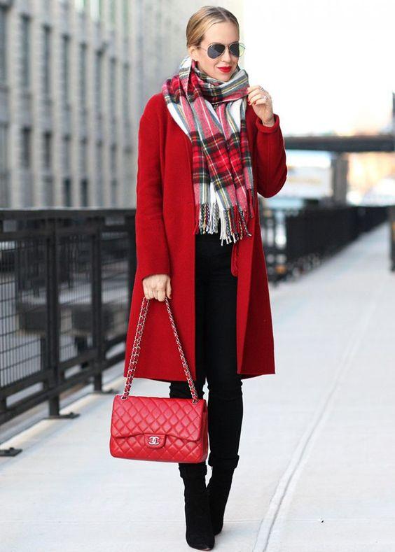 Assortir son écharpe avec un manteau rouge