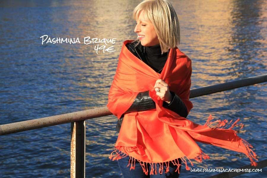 7eaf326a68c Les pashmina orange sont des accessoires de mode fantastique que l on peut  porter hiver comme été. Il permettent d apporter une touche fashion dans  votre ...